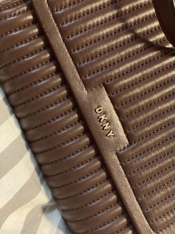 Geanta de umar DKNY (#17187) - SASSY STATION Fashion Marketplace - vinde și cumpără haine, pantofi, genti, accesorii pentru femei